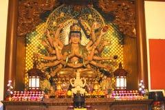 与十八条胳膊的菩萨雕象在灵隐寺,中国 免版税库存照片