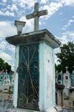 与十字架的墨西哥坟墓在公墓 图库摄影