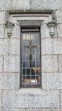与十字架的教会窗口 免版税库存照片