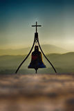 与十字架的教堂钟 免版税库存图片