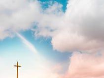 与十字架的暮色天空 图库摄影