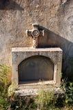 坟茔和十字架在公墓 库存照片