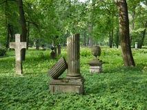 与十字架的老公墓废墟 免版税图库摄影