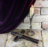 与十字架的蜡烛 图库摄影
