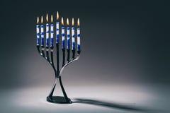 与升蜡烛的光明节Menorah 免版税库存图片