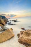 与升起在海的太阳的秀丽风景 免版税图库摄影