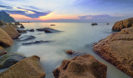 与升起在海的太阳的秀丽风景 库存图片