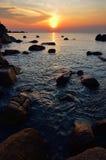 与升起在海的太阳的秀丽风景 免版税库存照片