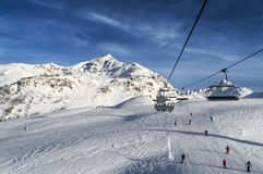 与升降椅的滑雪跟踪 库存图片
