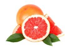 与半切片的在与裁减路线的白色背景隔绝的葡萄柚和叶子 被隔绝的葡萄柚,葡萄柚 免版税图库摄影
