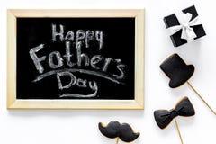与半正式礼服的愉快的父亲` s天早晨,髭和帽子曲奇饼,礼物盒为庆祝白色背景顶视图 库存照片