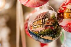 与半用木材建造的房子的圣诞节装饰品 免版税库存照片