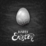 与华丽元素的复活节彩蛋在黑黑板背景 库存照片