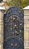 与华丽加工铁元素的门装饰,关闭 免版税图库摄影