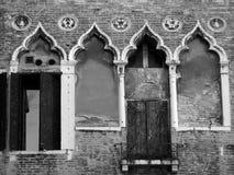 与华丽被关闭的窗口的老大厦 免版税库存照片
