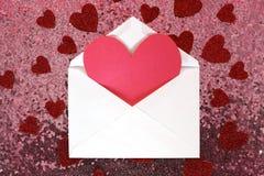 与华伦泰` s天心脏笔记的在桃红色Se的信封和五彩纸屑 免版税库存图片