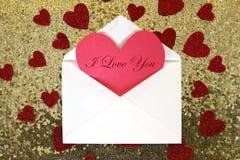 与华伦泰` s天心脏笔记的在金Se的信封和五彩纸屑 免版税库存照片