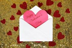 与华伦泰` s天心脏笔记的在金Se的信封和五彩纸屑 库存图片