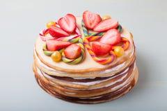 与华伦泰` s天装饰的自创蛋糕在轻的背景 库存照片