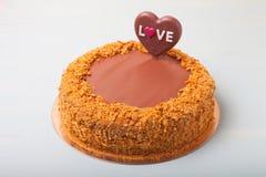 与华伦泰` s天装饰的自创蛋糕在轻的背景 免版税库存图片