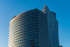 与华沙市的天空和云彩反射的现代玻璃skycrapers背景 库存图片