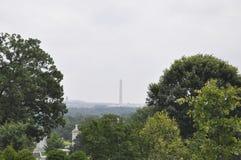 与华盛顿纪念碑的华盛顿风景在从华盛顿哥伦比亚特区美国的一个雨天 图库摄影