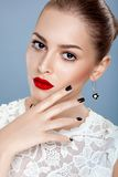 与华美的红色嘴唇的美好的女性设计 免版税库存图片
