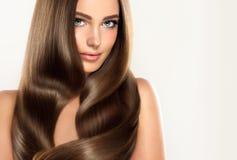 与华美的年轻有吸引力的女孩模型,发光,长,头发 免版税库存照片