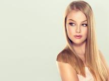 与华美,发光,平直,金发的年轻好的女孩模型 免版税库存图片