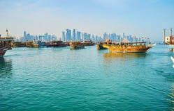 与单桅三角帆船小船的海景,多哈,卡塔尔 免版税图库摄影