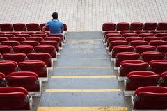 与单独一个的人的空的体育场位子 免版税库存照片
