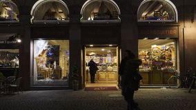 与卖饼干的商店的圣诞节市场 股票录像