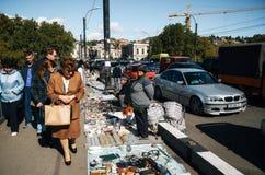 与卖主和顾客,第比利斯,乔治亚的跳蚤市场 免版税库存照片