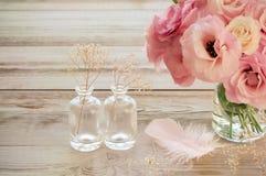 与南北美洲香草的葡萄酒静物画在有fearher的一个花瓶开花 免版税库存图片