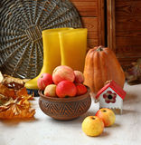 与南瓜、苹果和黄色gumboots的秋天静物画 免版税图库摄影