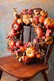 与南瓜和秋天叶子的欢乐秋天花圈 免版税库存图片