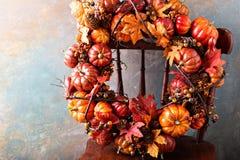 与南瓜和秋天叶子的欢乐秋天花圈 库存照片