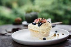 与南瓜籽的草莓和蓝莓蛋糕 免版税库存图片