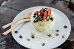 与南瓜籽的草莓和蓝莓蛋糕 库存照片
