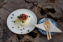 与南瓜籽的草莓和蓝莓蛋糕 库存图片