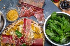 与南瓜pesto、火腿、戈贡佐拉和种子的传统意大利薄饼 库存图片