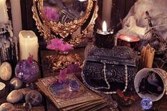 与占卜用的纸牌、花和神秘的对象的占卜礼拜式 库存图片
