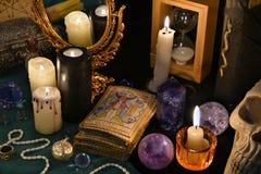 与占卜用的纸牌、mirrow和灼烧的蜡烛的不可思议的静物画 免版税库存照片