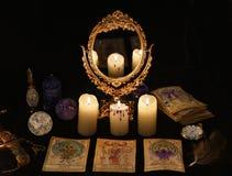与占卜用的纸牌、mirrow和水晶的不可思议的仪式 库存照片