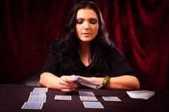 与占卜用的纸牌的友好的算命者 免版税库存照片