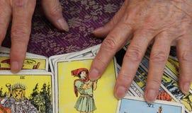 与占卜用的纸牌的算命者 库存照片