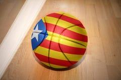 与卡塔龙尼亚的国旗的篮球球 免版税库存图片