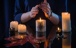 与卡片和蜡烛的占卜 图库摄影