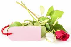 与卡片的两朵玫瑰 免版税库存图片