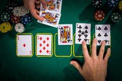 与卡片的啤牌概念在选材台上 手等级类别:冲洗 库存图片
